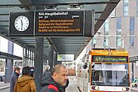 Mannheim. 01.03.17 | BILD- ID 035 |<br /> Innenstadt. Plankenumbau. Auswirkungen auf den Stra&szlig;enbahnverkehr. Am Hauptbahnhof informieren rnv Mitarbeiter &uuml;ber die Plan&auml;nderungen und Streckenverbindungen.<br /> Bild: Markus Prosswitz 01MAR17 / masterpress (Bild ist honorarpflichtig - No Model Release!)