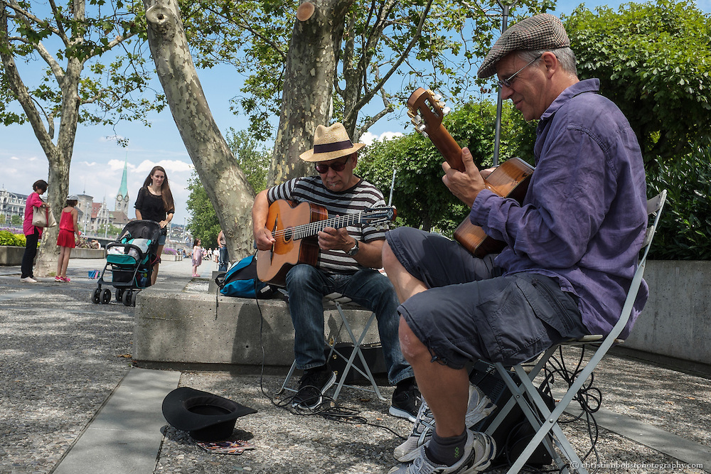 Street musicians performing Jazz music at  Lake Zurich´s promenade in Zürich City.