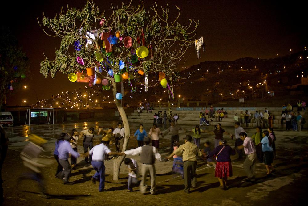 Fiesta de carnavales en el barrio de Flor Romero y Yanet Acuña en San Juan de Miraflores en la parte sur de la ciudad.. En las fiestas de barrio es en donde suelen acudir Flor Romero y Yanet Acuña,ya sea como espectadoras asi como