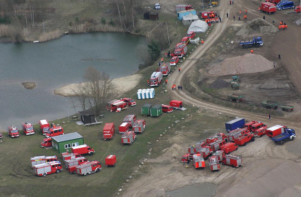 Einsatzwagen der Feuerwehr stehen in einem Kieswerk. Die Helfer befüllen dort Sandsäcke gegen das Hochwasser der Elbe...Aerial view to fire fighter vehicles during the Ebbe floods near Dannenberg.