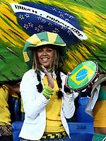Fotball<br /> Treningskamp Brasil v Luzerne<br /> Foto: imago/Digitalsport<br /> NORWAY ONLY<br /> <br /> 30.05.2006<br /> <br /> Ein weiblicher brasilianischer Fan sorgt mit einer Samba Trommel für Stimmung