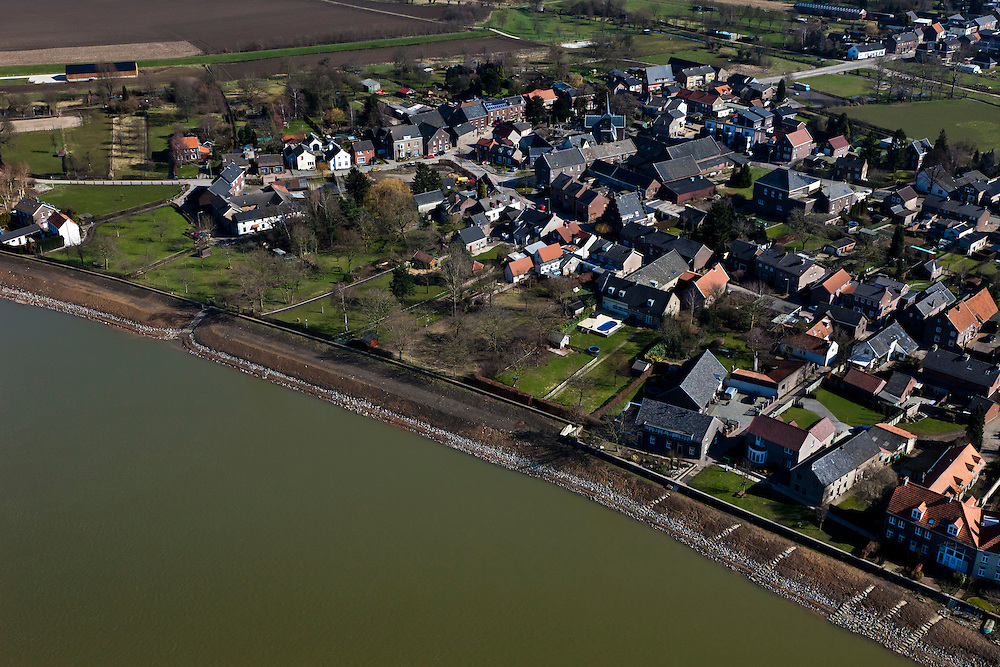 Nederland, Limburg, gemeente Maastricht, 07-03-2010; Itteren, kerkdorp aan de Maas die hier de grens met Belgie vormt (l). Sinds de overstromingen in de jaren '90 is het dorp rondom voorzien van dijken. In het kader van het Grensmaasproject worden de uiterwaarden (weerden) ten noorden van het dorp afgegraven en de stroomgeul van de Maas wordt verbreed.   .Itteren, the parish, the river Meuse who forms the border with Belgium (l). Since the floods in the 90s, dikes have been build around village. Under the Grensmaas (Border Meuse) projec, the Meuse floodplains (wards) north of the village will be excavated and the flow channel of the Meuse will be broadened..luchtfoto (toeslag), aerial photo (additional fee required).foto/photo Siebe Swart
