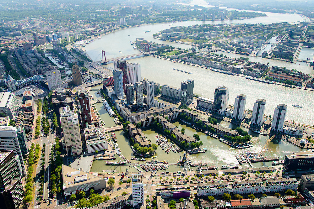 Nederland, Zuid-Holland, Rotterdam, 10-06-2015; Stadsdriehoek met Leuvehaven, gezien naar het Noordereiland en Feijenoord. Aan de oever van de Nieuwe Maas de Boompjes met kantoorflats. In het water historische schepen van het Buitenmuseum van het Havenmuseum,  Maritiem Museum op de hoek van Schiedamsedijk en Blaak.<br /> City centre Rotterdam with old harbour with historical boats. Rotterdam South at the horizon<br /> luchtfoto (toeslag op standard tarieven);<br /> aerial photo (additional fee required);<br /> copyright foto/photo Siebe Swart