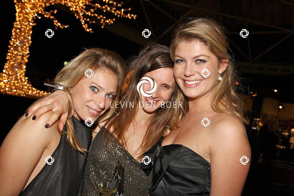AMSTERDAM - In de Rai is de Miljonair Fair van start gegaan.  Met op de foto Gooische Meid Pauline Wingelaar en haar vriendinnen. FOTO LEVIN DEN BOER - PERSFOTO.NU
