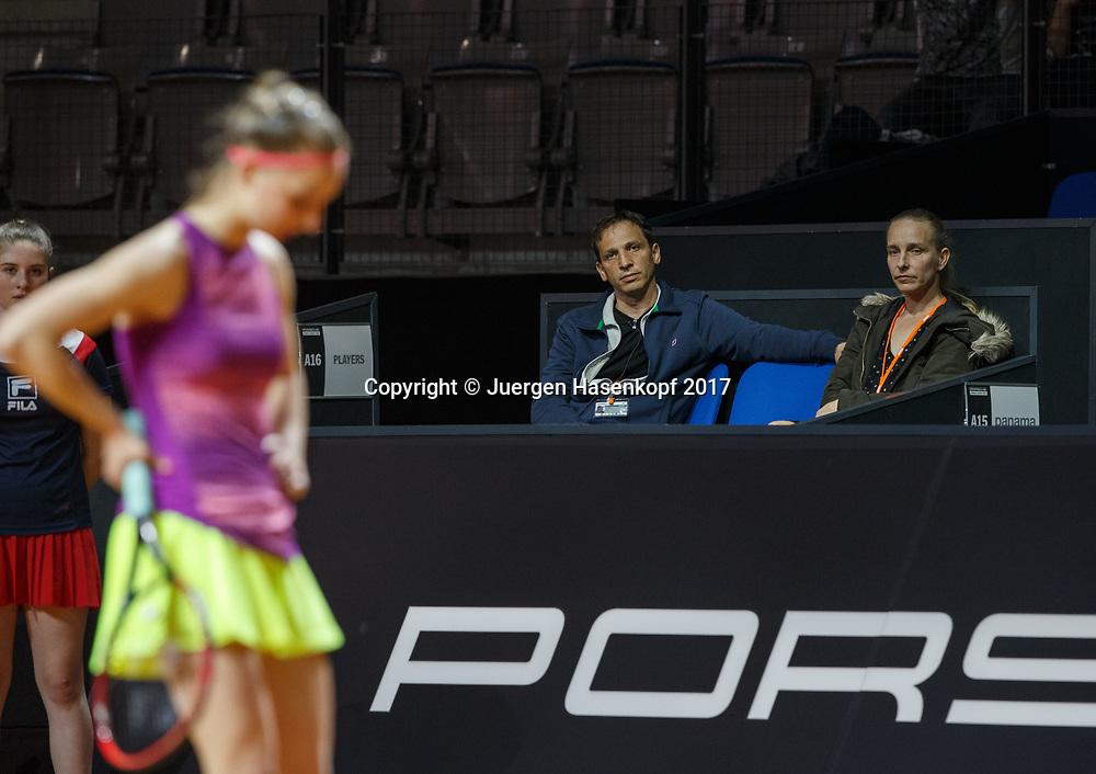 Vater Thomas und Mutter Birgit, Eltern von TAMARA KORPATSCH (GER) sitzen in der Spielerloge, Tamara unscharf im Vordergrund<br /> <br /> Tennis - Porsche  Tennis Grand Prix 2017 -  WTA -  Porsche-Arena - Stuttgart -  - Germany  - 26 April 2017.