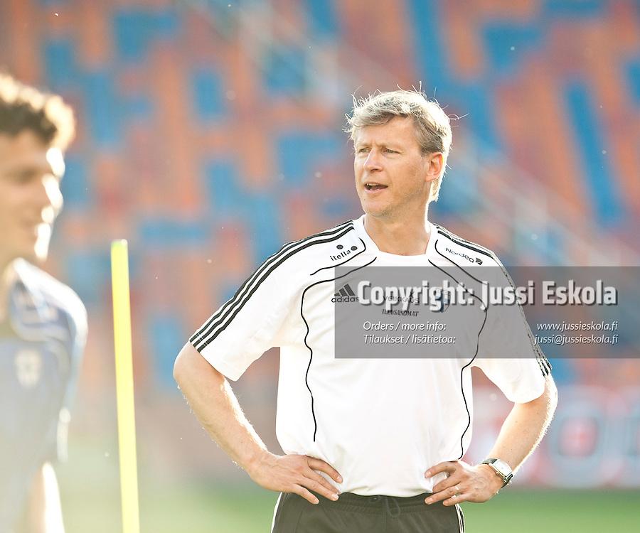 Markku Kanerva.  A-maajoukkueen harjoitukset. Råsunda, Tukholma, Ruotsi. 6.6.2011. Photo: Jussi Eskola