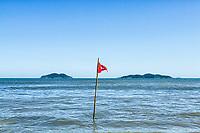 Bandeira indicando mar perigoso na Praia dos Açores. Florianópolis, Santa Catarina, Brasil. / Dangerous conditions sign at Acores Beach. Florianopolis, Santa Catarina, Brazil.