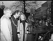 "Molly Malone Statue Unveiled. (R93)..1988..20.12.1988..12.20.1988..20th December 1988..""Dublin's Fair City"" received a millenniun gift to commemorate her most famous daughter, Molly Malone, when Jurys Hotel Group plc presented a specially commissioned sculpture to the people of Dublin. The sculpture was formally handed over by Michael McCarthy, MD,Jurys Hotel Group, to the Lord Mayor of Dublin, Councillor Ben Briscoe, TD, in an unveiling ceremony today at the corner of Grafton Street, Suffolk Street and Nassau Street..Molly Malone was created and fashioned in her traditional 17th century dress by Dublin born artist, Jeanne Rynhart, who was selected from a number of entries for the statue design, by the Dublin Millennium Board...In the shadow of the Christmas tree, Lord Mayor Ben Briscoe TD, Mr Michael McCarthy MD, Jurys Hotel Group and the artist Jeanne Rynhart are pictured at the official unveiling of ""Molly Malone""."