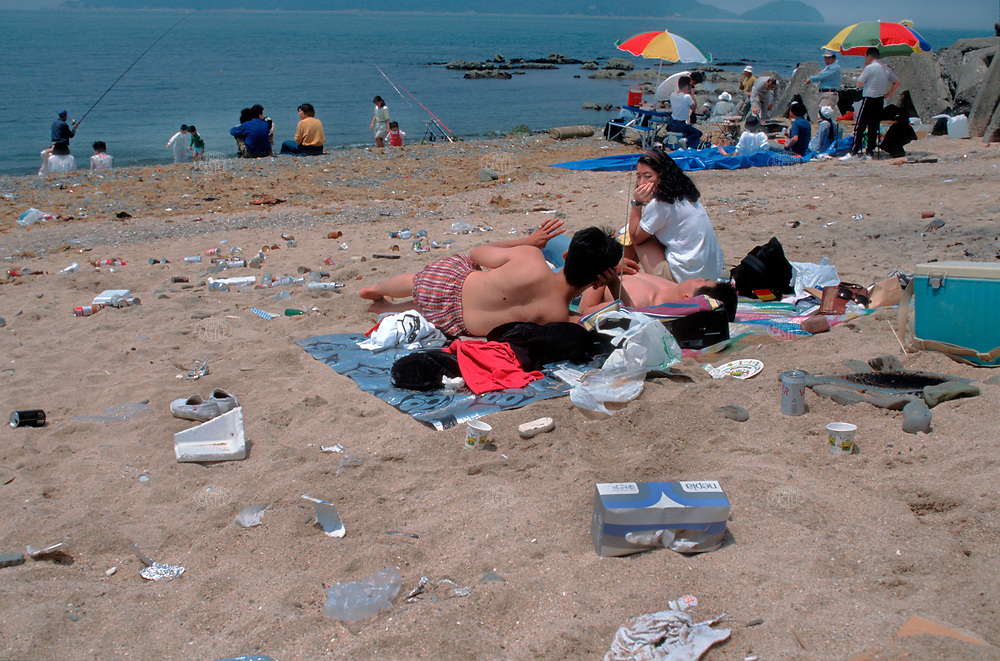 ©Tom Wagner 2004<br /> Wakaura beach in Wakayama prefecture, Japan; a popular local beach, reflecting the lack of ecological awareness and overuse<br /> environment  beach  entertainment  family  relaxation pollution<br /> Japan  dirty japan
