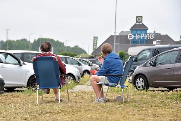 Nederland, Apeldoorn, 6-6-2018Een echtpaar zit oip een parkeerplaats op hun campingstoetjes en eten een boterham .Foto: Flip Franssen