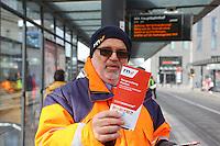 Mannheim. 01.03.17 | BILD- ID 079 |<br /> Innenstadt. Plankenumbau. Auswirkungen auf den Stra&szlig;enbahnverkehr. Am Hauptbahnhof informieren rnv Mitarbeiter &uuml;ber die Plan&auml;nderungen und Streckenverbindungen.<br /> - rnv Mitarbeiter G&uuml;nter Daum<br /> Bild: Markus Prosswitz 01MAR17 / masterpress (Bild ist honorarpflichtig - No Model Release!)