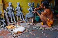 IInde, Bengale-Occidental, Kolkata, Kumartuli district, sculptures en glaise des effigies Hindou pour la fete de Durga Puja, Utam Pal and et Kussu Kussu son chat // India, West Bengal, Kolkata, Calcutta, Kumartuli district, clay idols of Hindu gods and goddesses statue for Durga Puja festival, Utam Pal and his cat Kussu Kussu