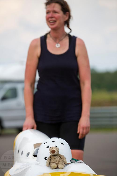Petra von Fintel na het uitrijden van de 24-uursrace. In Duitsland worden op de Dekrabaan bij Schipkau recordpogingen gedaan met speciale ligfietsen tijdens een speciaal recordweekend.<br /> <br /> Petra von Fintel after she finishes the 24-hours race. In Germany at the Dekra track near Schipkau cyclists try to set new speed records with special recumbents bikes at a special record weekend.