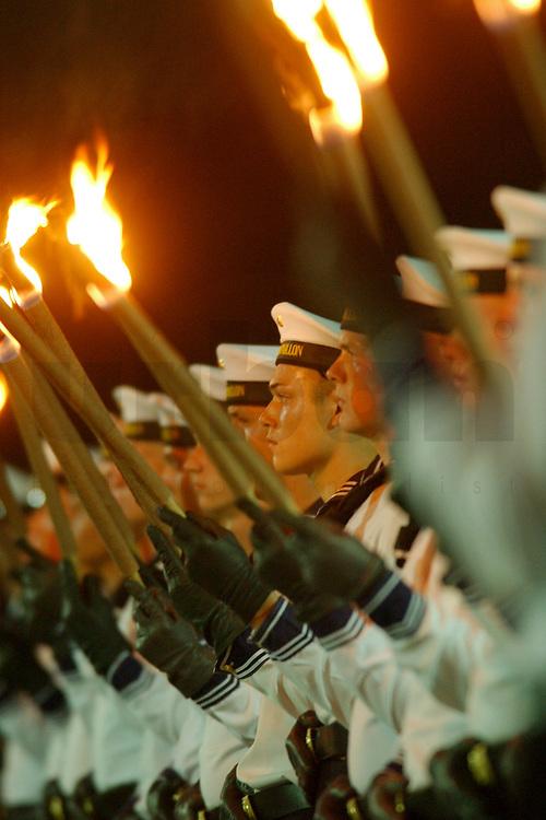 29 JUL 2002, BERLIN/GERMANY:<br /> Grosser Zapfenstreich anlaesslich der Verabschiedung von RudolfScharping, SPD, Bundesverteidigungsminister a.D., mit dem Wachbatallion beim BMVg, Paradeplatz, Bundesministerium der Vereidigung<br /> IMAGE: 20020729-01-007<br /> KEYWORDS: Soldat, Soldaten, Bundeswehr, army, Milit&auml;r, Militaer, Fakeln, Gro&szlig;er Zapfenstreich, Marine, navy