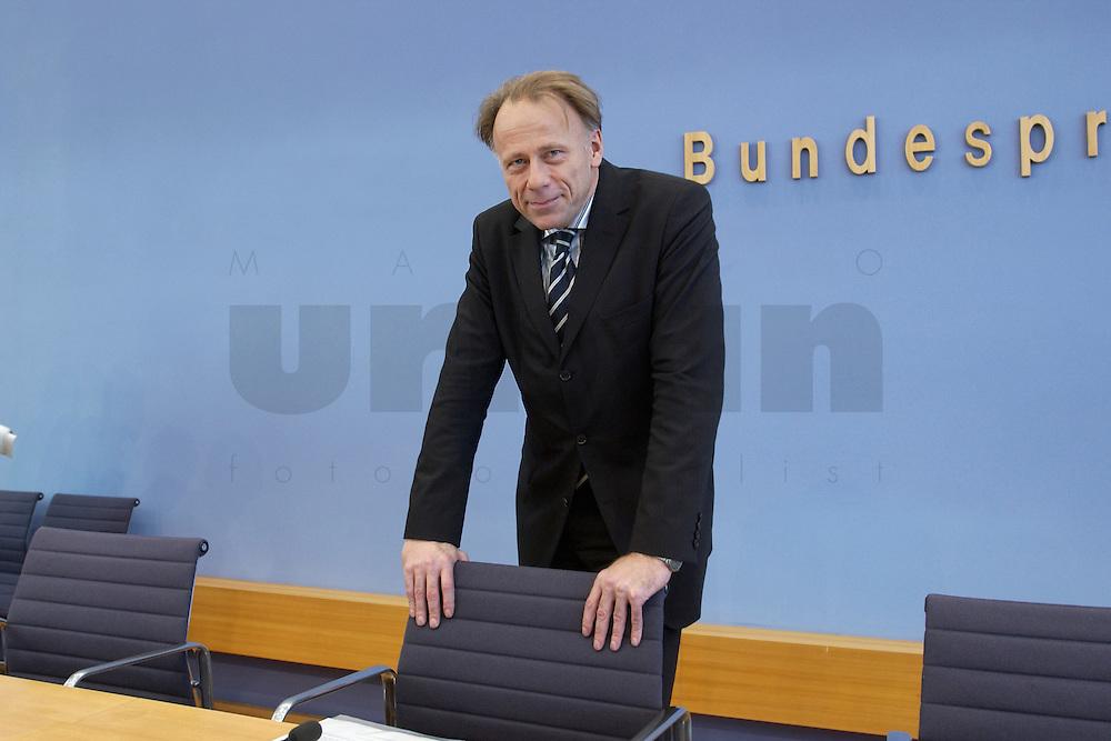 31 MAR 2004, BERLIN/GERMANY:<br /> Juergen Trittin, B90/Gruene, Bundesumweltminister, vor Beginn einer Pressekonferenz zum Kabinettsbeschuss zum Emissionshandel, Bundespressekonferenz<br /> IMAGE: 20040331-01-002<br /> KEYWORDS: J&uuml;rgen Trittin, BPK