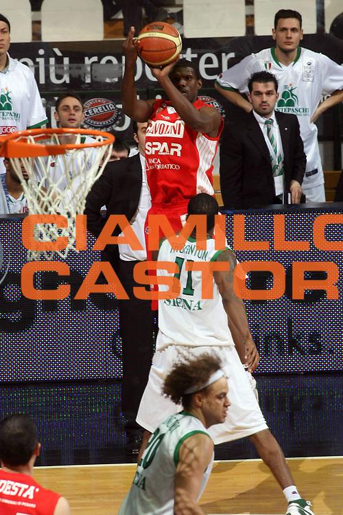 DESCRIZIONE : Bologna Final Eight 2008 Quarti di Finale Montepaschi Siena Scavolini Spar Pesaro <br />GIOCATORE : Rasheed Brokenborough<br />SQUADRA : Scavolini Spar Pesaro<br />EVENTO : Tim Cup Basket For Life Coppa Italia Final Eight 2008 <br />GARA : Montepaschi Siena Scavolini Spar Pesaro <br />DATA : 07/02/2008 <br />CATEGORIA : Tiro<br />SPORT : Pallacanestro <br />AUTORE : Agenzia Ciamillo-Castoria/G.Ciamillo