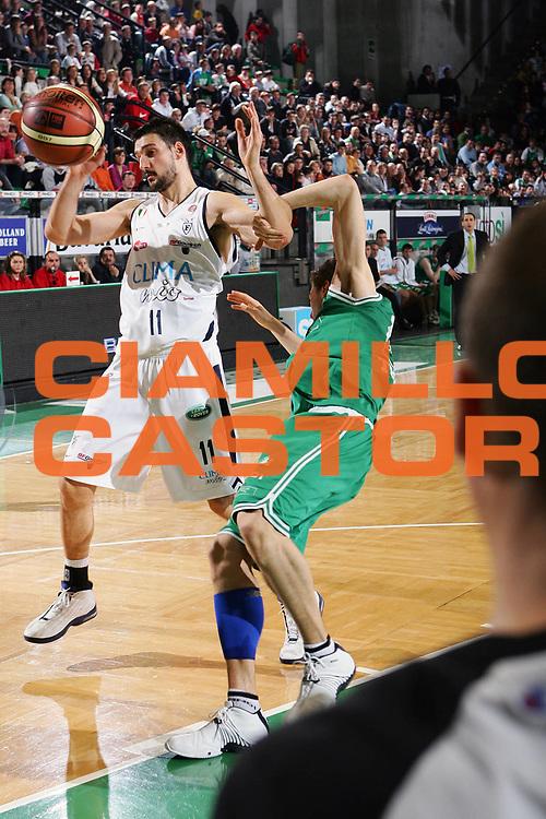 DESCRIZIONE : Treviso Lega A1 2005-06 Benetton Treviso Climamio Fortitudo Bologna <br /> GIOCATORE : Bagaric Bargnani <br /> SQUADRA : Benetton Treviso <br /> EVENTO : Campionato Lega A1 2005-2006 <br /> GARA : Benetton Treviso Climamio Fortitudo Bologna <br /> DATA : 12/03/2006 <br /> CATEGORIA : Fallo <br /> SPORT : Pallacanestro <br /> AUTORE : Agenzia Ciamillo-Castoria/S.Silvestri <br /> Galleria : Lega Basket A1 2005-2006 <br /> Fotonotizia : Treviso Campionato Italiano Lega A1 2005-2006 Benetton Treviso Climamio Fortitudo Bologna <br /> Predefinita :