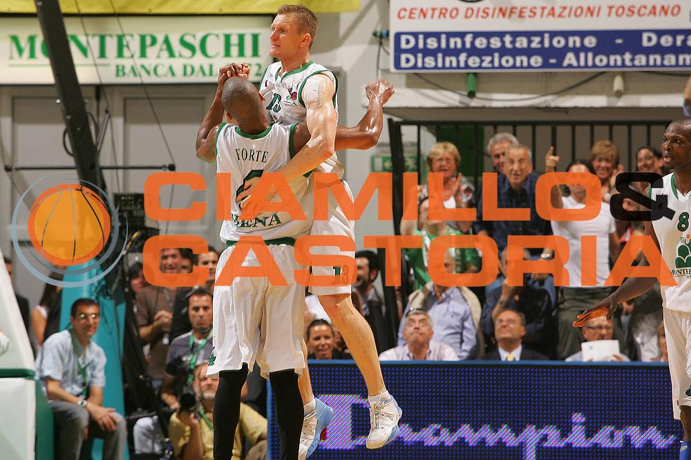 DESCRIZIONE : Siena Lega A1 2006-07 Playoff Finale Gara 3 Montepaschi Siena VidiVici Virtus Bologna <br /> GIOCATORE : Rimantas Kaukenas <br /> SQUADRA : Montepaschi Siena <br /> EVENTO : Campionato Lega A1 2006-2007 Playoff Finale Gara 3 <br /> GARA : Montepaschi Siena VidiVici Virtus Bologna <br /> DATA : 18/06/2007 <br /> CATEGORIA : Esultanza <br /> SPORT : Pallacanestro <br /> AUTORE : Agenzia Ciamillo-Castoria/S.Silvestri