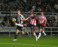 Photo: Andrew Unwin.<br /> Newcastle United v Sheffield United. The Barclays Premiership. 04/11/2006.<br /> Newcastle's Scott Parker (L) looks to win the ball from Sheffield United's Mikele Leigertwood (C).