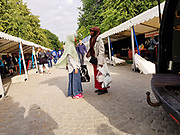 Kvinner i hijab på shopping i Trondheim sentrum. Matfestivalen og Olavsfestdagene er akkurat avsluttet.