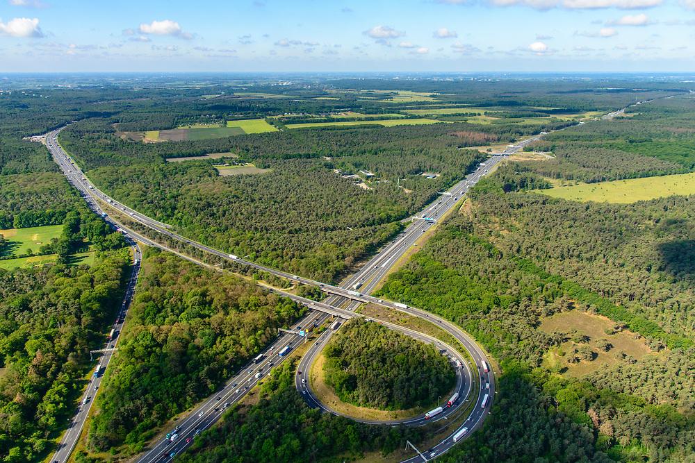Nederland, Gelderland, Wolfheze, 29-05-2019; Knooppunt Grijsoord, verbinding A12 (Ede-Arnhem) met A50 (linksboven, richting Nijmegen),  Het trompetknooppunt ligt ten noordwesten van Arnhem.<br /> Grijsoord junction, near Arnhem, connects motorways A12 and A50.<br /> <br /> luchtfoto (toeslag op standard tarieven);<br /> aerial photo (additional fee required);<br /> copyright foto/photo Siebe Swart