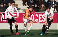 AMSTELVEEN - Joep de Mol (Oranje-Rood) met rechts Fergus Kavanagh (A'dam)  en links Nicki Leijs (A'dam)  tijdens de hoofdklasse hockeywedstrijd AMSTERDAM-ORANJE ROOD (4-5). . COPYRIGHT KOEN SUYK