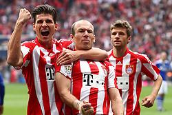 30-04-2011 VOETBAL: BAYERN MUNCHEN - FC SCHALKE 04: MUNCHEN<br /> Jubel nach dem tor zum 1-0 durch Arjen Robben (Bayern #10) mit Mario Gomez (Bayern #33) und Thomas Mueller (Bayern #25) <br /> ***NETHERLANDS ONLY***<br /> ©2011- FotoHoogendoorn.nl-nph/ Straubmeier