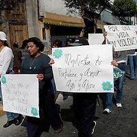 Toluca, Méx.- Marcha en favor del dia de la no violencia por organizaciones sociales. Agencia MVT / Luis Alvarado. (DIGITAL)<br /> <br /> NO ARCHIVAR - NO ARCHIVE