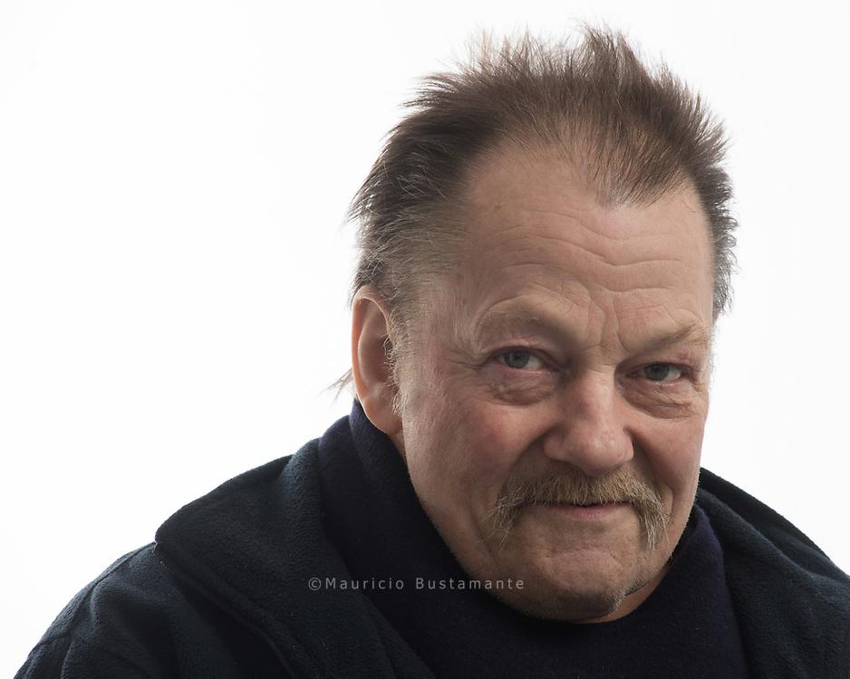Ein Leben auf dem Kiez<br /> Peter, 63, verkauft seit zehn Jahren Hinz&amp;Kunzt auf St. Pauli. Peter ist immer mit dem<br /> ELEKTROROLLER unterwegs.<br /> Auf St. Pauli kennt ihn jeder.