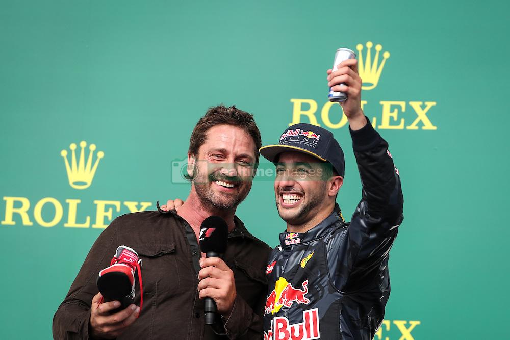 Formel 1: Grosser Preis der USA in Austin, Renntag / 231016<br /> <br /> ***Gerard Butler (GBR) Actor and Daniel Ricciardo (AUS) Red Bull Racing RB12.<br /> 23.10.2016. Formula 1 World Championship, Rd 18, United States Grand Prix, Austin, Texas, USA, Race Day.<br /> ***