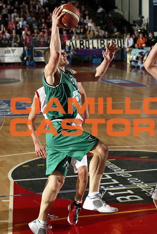 DESCRIZIONE : Biella Lega A1 2005-06 Angelico Biella Montepaschi Siena <br />GIOCATORE : Kaukenas<br />SQUADRA : Montepaschi Siena<br />EVENTO : Campionato Lega A1 2005-2006<br />GARA : Angelico Biella Montepaschi Siena<br />DATA : 05/02/2006<br />CATEGORIA : Penetrazione<br />SPORT : Pallacanestro<br />AUTORE : Agenzia Ciamillo-Castoria/S.Ceretti