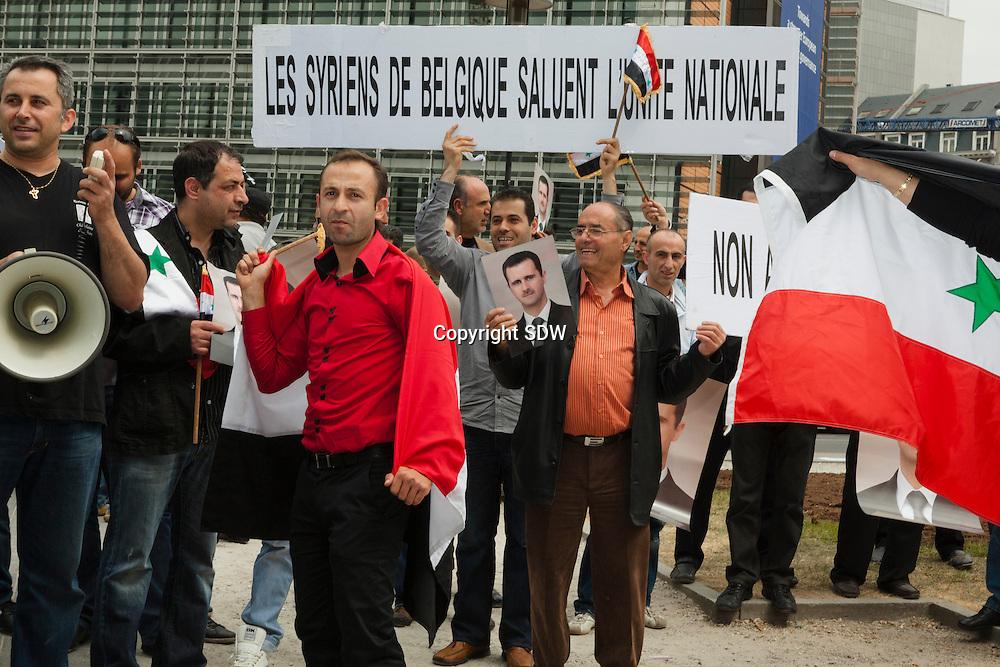 Brussel, Westraat thv Berlaymont en Justus Lipiusgebouw,2011-05-20: een groep Belgische Syriers demonstreerde vandaag voor de gebouwen van de Europese gemeenschap pro-Assad. Zij scandeerden leuzen tegen ingrijpen van Europa in hun Syrie, en droegen foto's bij zich van president Bashar al-Assad die in 2000 zijn vader opvolgde.
