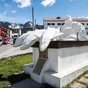 A white monument installed by the City of Ushuaia pays tribute to the Argentinian Navy, and stands in front of the navy base in the city. Dedicated in October 1971, this monument predates the Malvinas-Falkland Islands War, the subject of other memorials in the city.