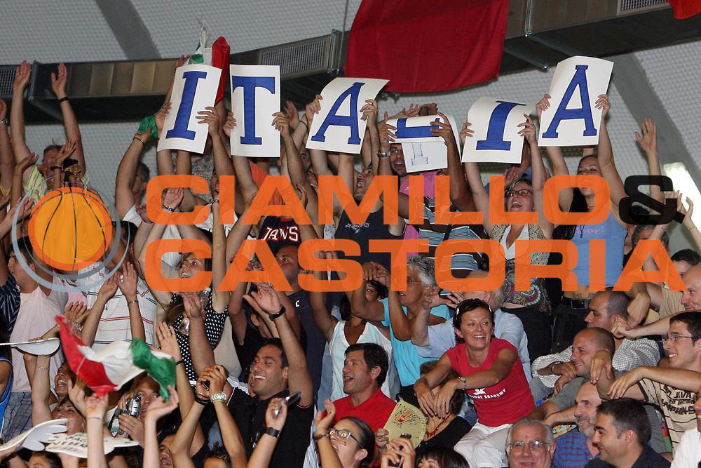 DESCRIZIONE : Cagliari Primo Torneo Internazionale Sardegna a Canestro Italia Polonia<br /> GIOCATORE : Fan Tifosi Supporters Tifo<br /> SQUADRA : Nazionale Italiana Uomini <br /> EVENTO : Cagliari Primo Torneo Internazionale Sardegna a Canestro <br /> GARA : Italia Polonia<br /> DATA : 14/08/2007 <br /> CATEGORIA :<br /> SPORT : Pallacanestro <br /> AUTORE : Agenzia Ciamillo-Castoria/E.Castoria<br /> Galleria : Fip Nazionali 2007 <br /> Fotonotizia : Cagliari Primo Torneo Internazionale Sardegna a Canestro Italia Polonia  <br /> Predefinita :
