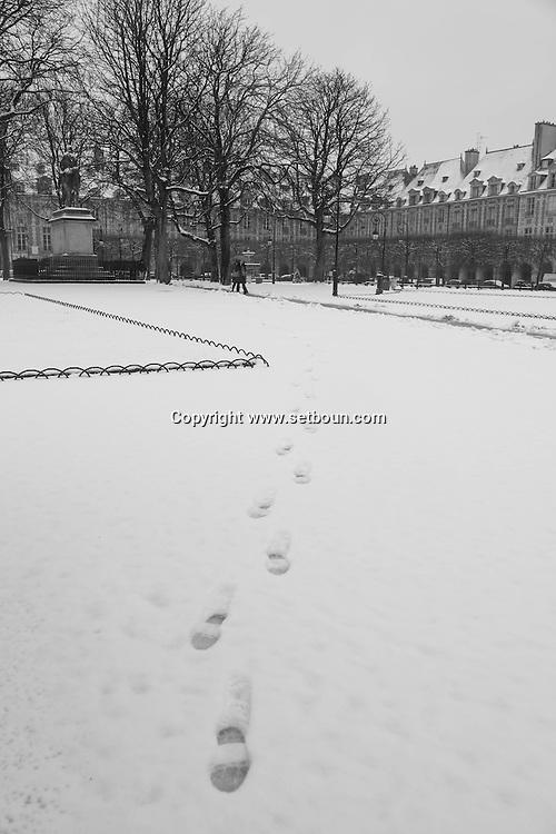 France. Paris , 4th district. place des Vosges under the snow, / Place des Vosges sous la neige