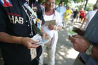 Feature Tickets          Kauf eines Schwarzmarkttickets vor dem Stadion in Stuttgart.