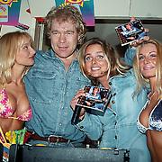 CD uitreiking Ruud Baja Beach Club, Ruud Bernard met Sabine Wendel en 2 meisjes