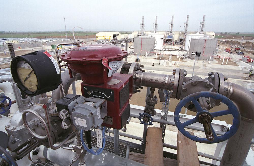 Blick auf die ostgeorgische BTC Pipeline Pumpstation bei Rustawi. Die Pumpstation ist eine von insgesamt acht, die kaspisches Oel durch die 1800 Kilometer lange BTC Pipeline an die tuerkische Mittelmeerkueste pumpen sollen...Pump station of the BTC pipeline near Rustavi, Georgia.