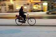 Een fietser rijdt op de Amsterdamsestraatweg in Utrecht door de sneeuw.<br /> <br /> A cyclist in the snow