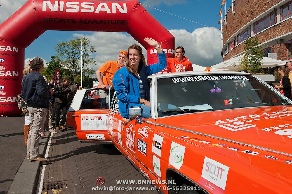 ORANJE TROPHY VERTREKT VOOR RONDJE NOORDKAAP. Op 14 juni, de dag na Nederland - Duitsland, vertrekt de Oranje Trophy om het oranjelegioen te vergezellen in Oekraïne. Het is het begin van een monstertocht van 30 oranje voertuigen die in zes weken 12.500 kilometer door tien landen afleggen. Zij rijden richting Charkov om de laatste groepswedstrijd van Oranje bij te wonen. De Trophy volgt hierna het Nederlands elftal in hun reis naar de Europese titel om vervolgens via de Noordkaap naar Londen te reizen, waar de Olympische Spelen plaatsvinden. Oud Oranje-international Erwin Koeman deed de aftrap voor deze monsterrit. Foto JOVIP/JOHN VAN IPEREN