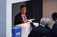 Fussball International Ausserordentlicher FIFA Kongress 2016 im Hallenstadion in Zuerich 26.02.2016 Reinhard Grindel (DFB) bekommt Wahlunterlagen