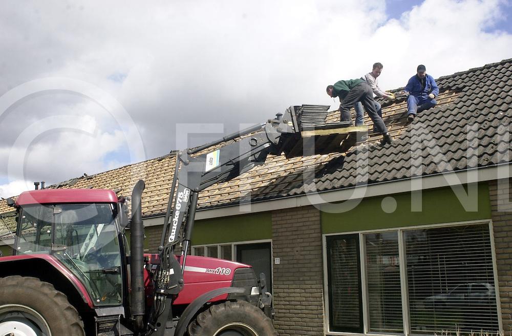 060405, dedemsvaart, ned,<br /> De sloop van de bejaarden woningen aan de Schuttevear is vandaag begonnen, Er werden onder andere dakpannen verwijderd van de al 3 jaar leegstaande huizen,<br /> fotografie frank uijlenbroek&copy;2006 michiel van de velde