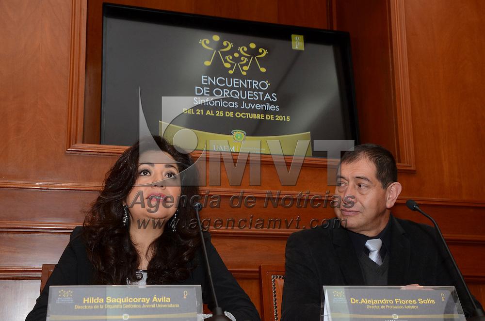 Toluca, Méx.- Hilda Saquicoray Ávila, directora de la Orquesta Sinfónica Juvenil Universitaria y Alejandro Flores Solis, en conferencia de prensa anunciaron la realización del Encuentro de Orquestas Sinfónicas Juveniles con la presencia de 105 orquestas invitadas, del 21 al 25 de octubre. Agencia MVT / José Hernández