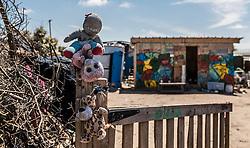 24.06.2016, Dschungelcamp, Calais, FRA, der Dschungel von Calais, im Bild Plüschtiere an einem Zaun. Das Camp ist eine provisorische Zeltstadt nahe der französischen Stadt Calais. Mehrere tausend Menschen kampieren dort in Zeltunterkünften und warten auf eine Möglichkeit zur illegalen Weiterreise durch den Eurotunnel nach Großbritannien. Plush toys on a fence. The Calais Jungle is the nickname given to a migrant encampment, where migrants live while they attempt illegally to enter the United Kingdom at the Jungle Camp of Calais, France on 2016, 06, 24. EXPA Pictures © 2016, PhotoCredit: EXPA, JFK
