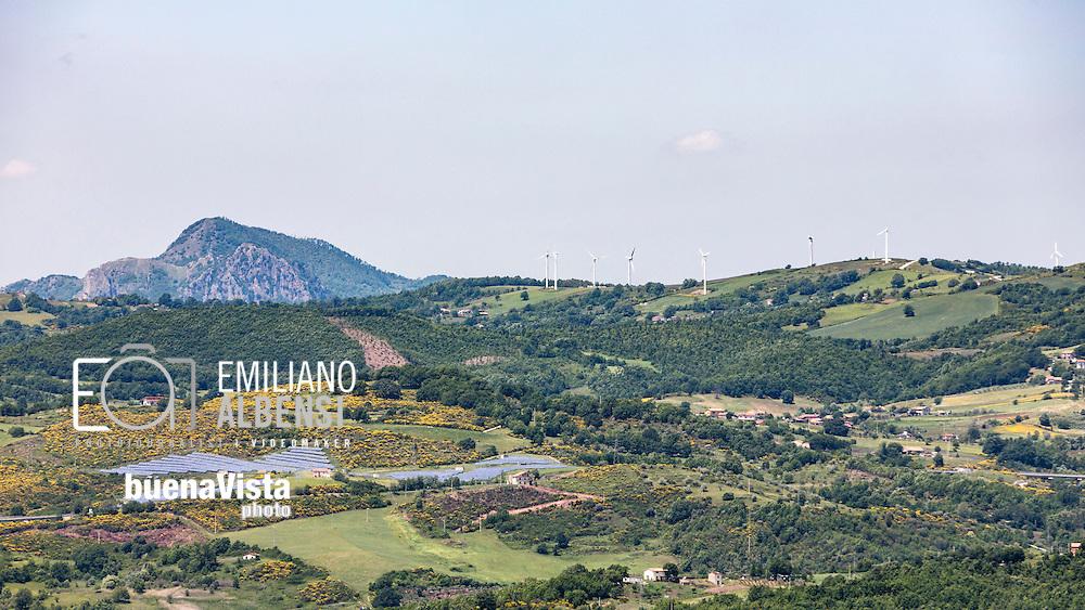 Sasso di Castalda, Basilicata, Italia, 23/05/2016<br /> Nel 2015 ci sono state nuove installazioni di pale eoliche pari a circa 423 MW, che comparato con il valore raggiunto l&rsquo;anno precedente risulta essere ben 4 volte pi&ugrave; grande, grazie al  Decreto Rinnovabili. Il valore delle nuove installazioni &egrave; stato pari nel 2015 a circa 670 milioni di euro. La Basilicata da sola conta per il 67% del totale.<br /> Nel 2015 il 58% dell&rsquo;energia consumata in Basilicata &egrave; arrivata da fonti rinnovabili.<br /> <br /> Sasso di Castalda, Basilicata, Italy, 23/05/2016<br /> In 2015 there were new installations of wind turbines of around 423 MW: 4 times bigger than the figures of previous year, thanks to the Renewable Decree. The value of new installations in 2015 amounted to about 670 million euro. Basilicata alone accounts for 67% of the total.<br /> In 2015, 58% of the energy consumed in the Basilicata region came from renewable sources.