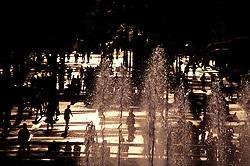 Sao Paulo, Sao Paulo, Brasil. 2000..Pessoas caminhando proximo a fonte no Vale do Anhangabau, no Centro da cidade./ People walking next to the fountain in Anhangabau Valley..Foto © Adri Felden/Argosfoto
