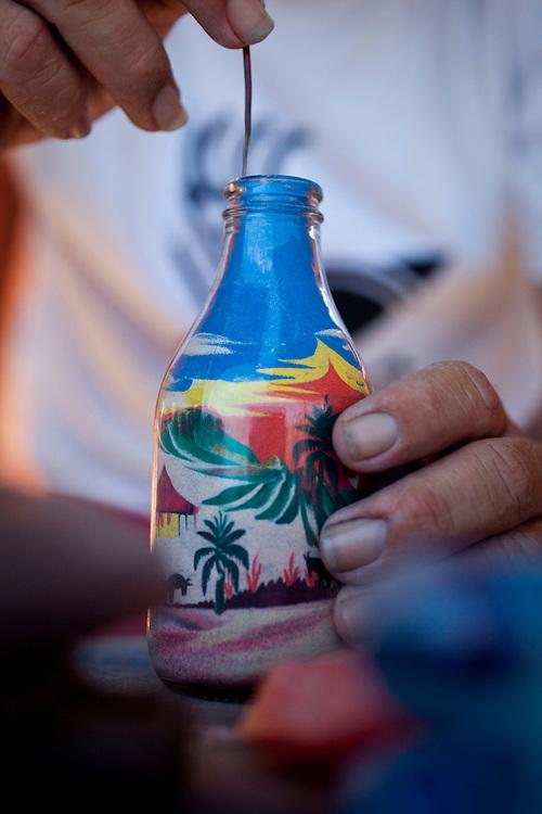 Morro Branco_CE, Brasil...Artista de areias coloridas, tradicional arte da regiao de Morro Branco, Ceara...Artist of colored sand, the traditional art of the region of Morro Branco, Ceara...Foto: BRUNO MAGALHAES / NITRO