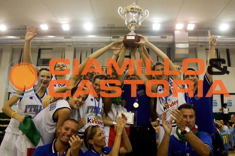 DESCRIZIONE : Chieti UMCOR U18 European Championship Women Division B Italy Ukraine<br /> GIOCATORE : Team Italy<br /> SQUADRA : Italy<br /> EVENTO : UMCOR U18 European Championship Women Division B<br /> GARA : Italy Ukraine<br /> DATA : 30/07/2006<br /> CATEGORIA : Premiazione<br /> SPORT : Pallacanestro<br /> AUTORE : Agenzia Ciamillo-Castoria/L.Lussoso
