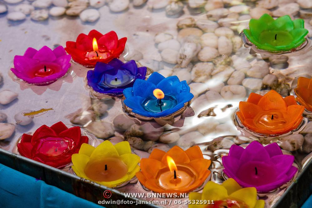 THA/Bangkok/201607111 - Vakantie Thailand 2016 Bangkok, drijvende offerkaarsjes in de vorm van een lotus