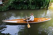 In park Lepelenburg vaart Wijnand van der Put in een oude kano.<br /> <br /> In park Lepelenburg Wijnand van der Put is canoeing in and old canoe.